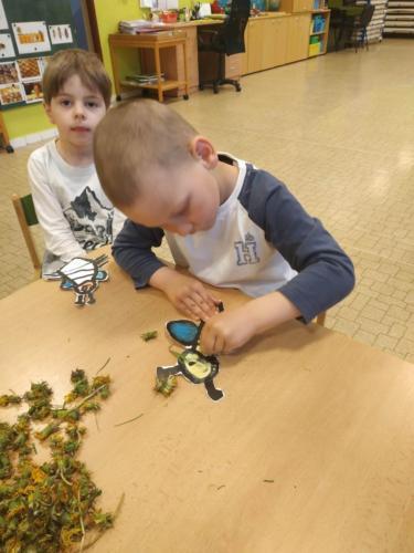 6. Vybarvování včeličky pampeliškou