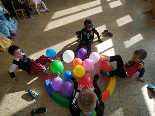 Soutěž - vyndávání balónků nohami