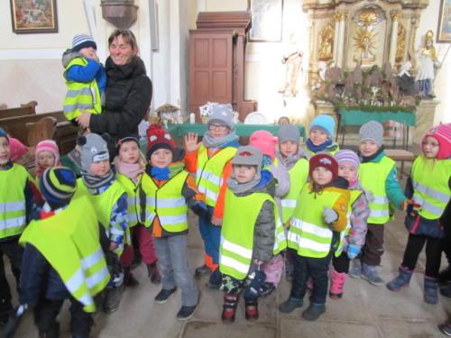 Senioři čtou dětem v kostele